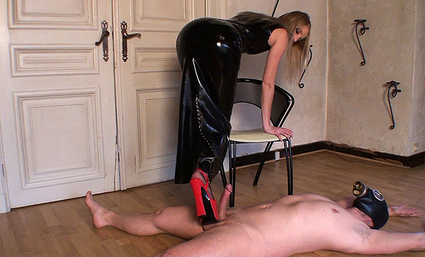 Brutal latex Mistress